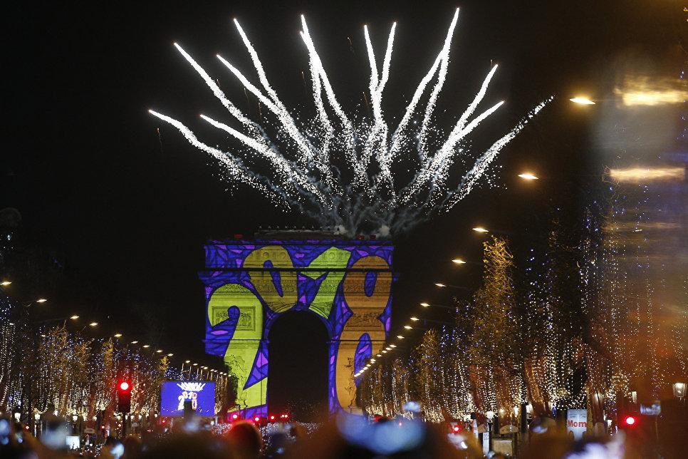 Праздничный салют над Триумфальной аркой во время празднования Нового года в Париже, Франция. 1 января 2018