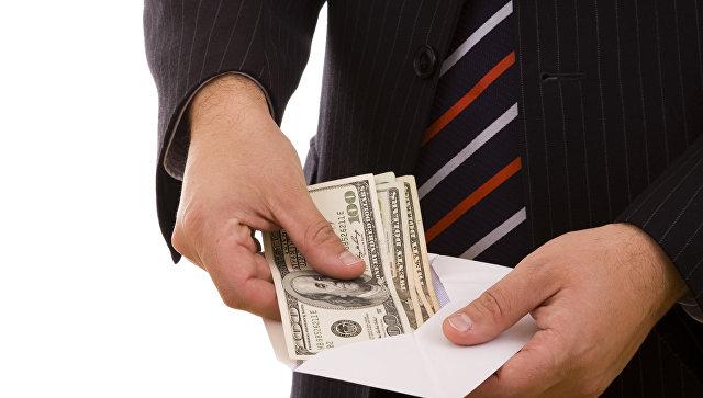 Деньги в конверте. Архивное фото