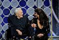 Кирк Дуглас и Кэтрин Зета Джонс на 75-й церемонии вручения премии Золотой глобус вручали награду в номинации Лучший сценарий.