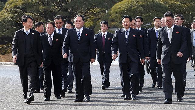 Министр южнокорейской ассоциации Чо Мьюнг Гион и глава северокорейской делегации Ли Сон Гвон во время встречи в Панмунджоме. 9 января 2018