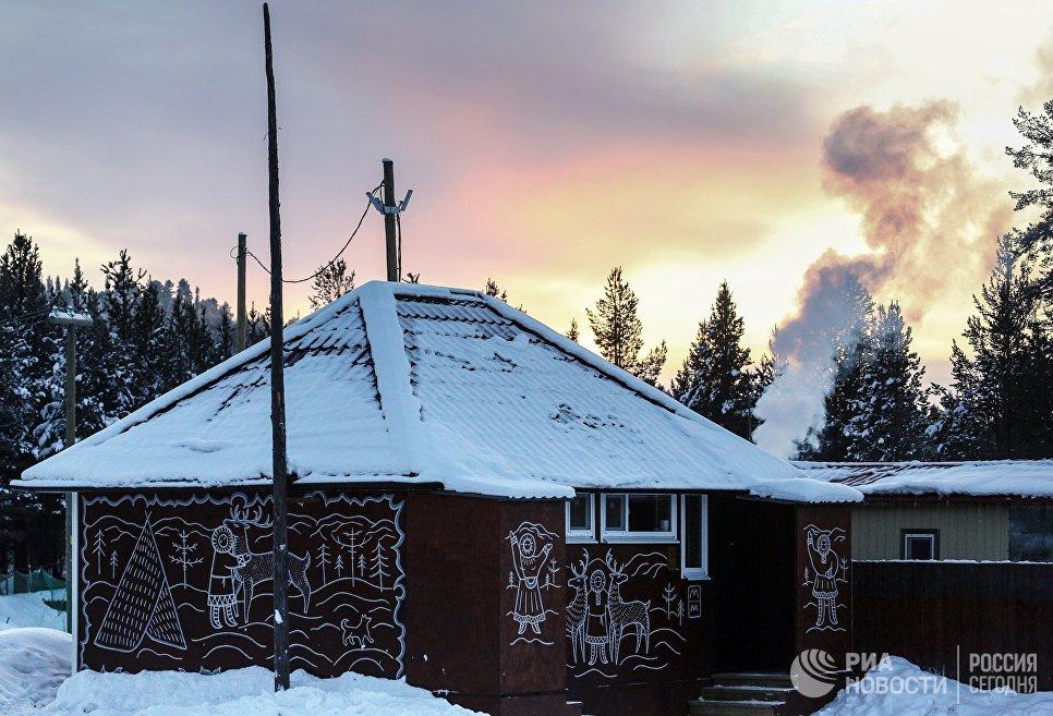 Дом в саамской деревне Самь-Сыйт в поселке Ловозеро Мурманской области