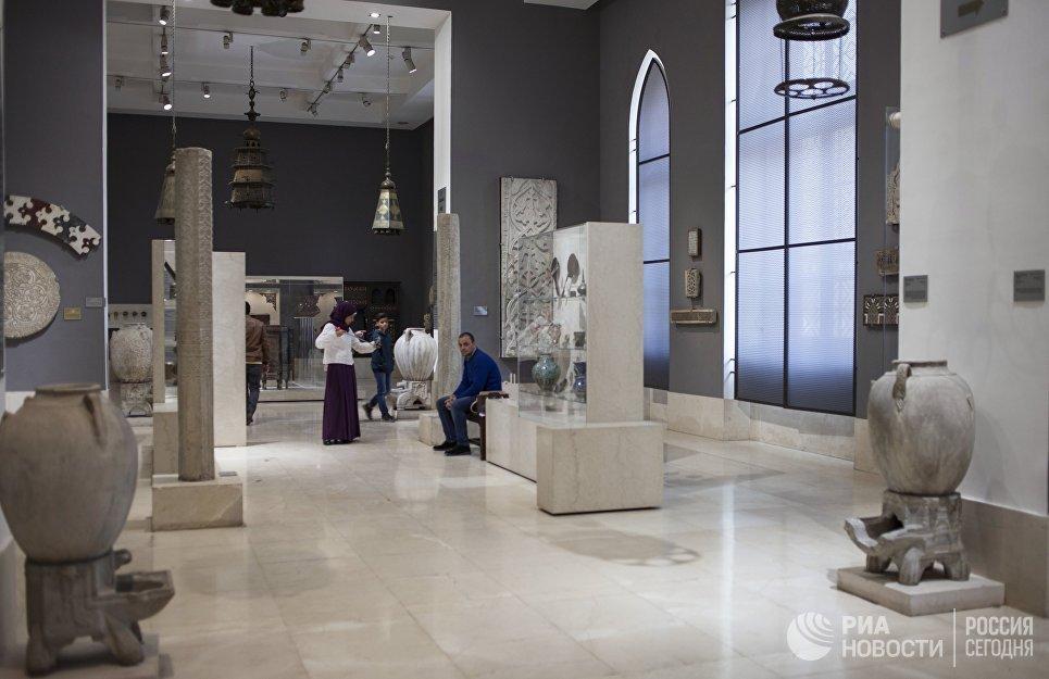 Посетители в Музее исламского искусства в Каире
