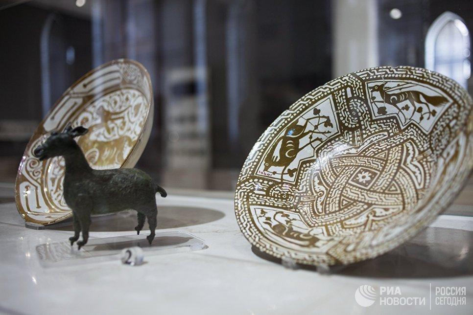 Керамическая посуда периода фатимидской империи в Музее исламского искусства в Каире