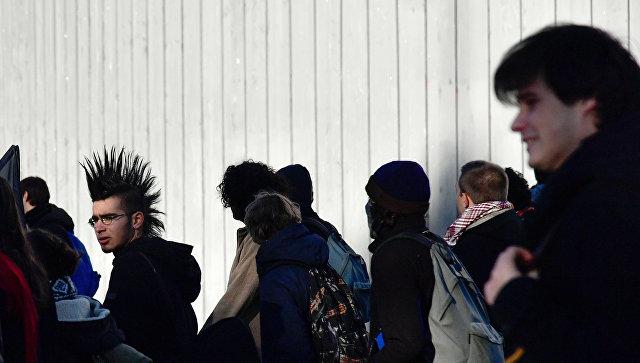 Студенты на одной из улиц в Париже