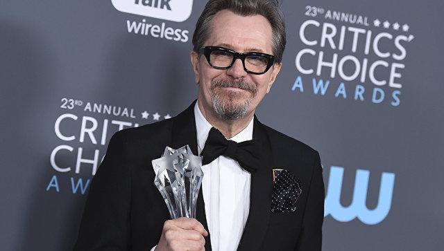 Гари Олдман с наградой за лучшую мужскую роль на премии Critics' Choice Awards