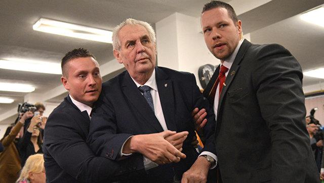 Милош Земан с охраной после нападения на избирательном участке в Праге