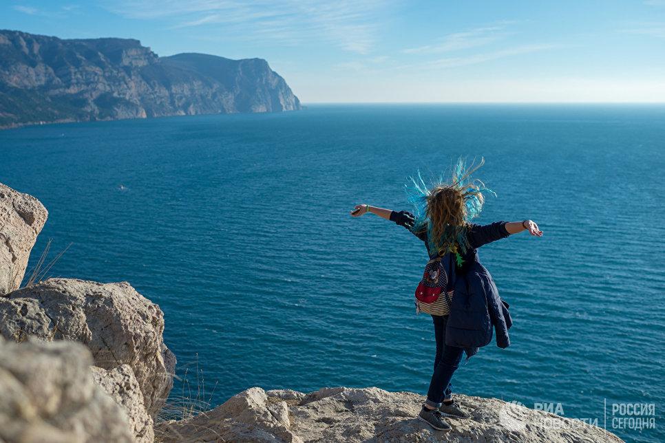 Девушка на сколе Балаклавы в Крыму