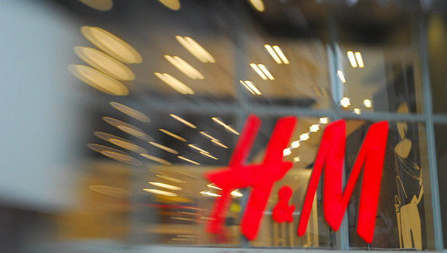 ВЮАР протестующие разгромили магазины H&M из-за расистского скандала