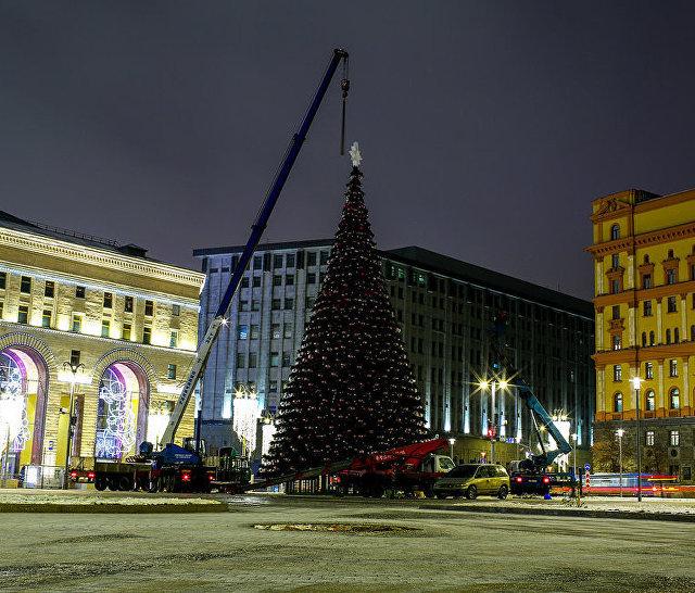 Демонтаж новогодней ели на Лубянской площади в Москве