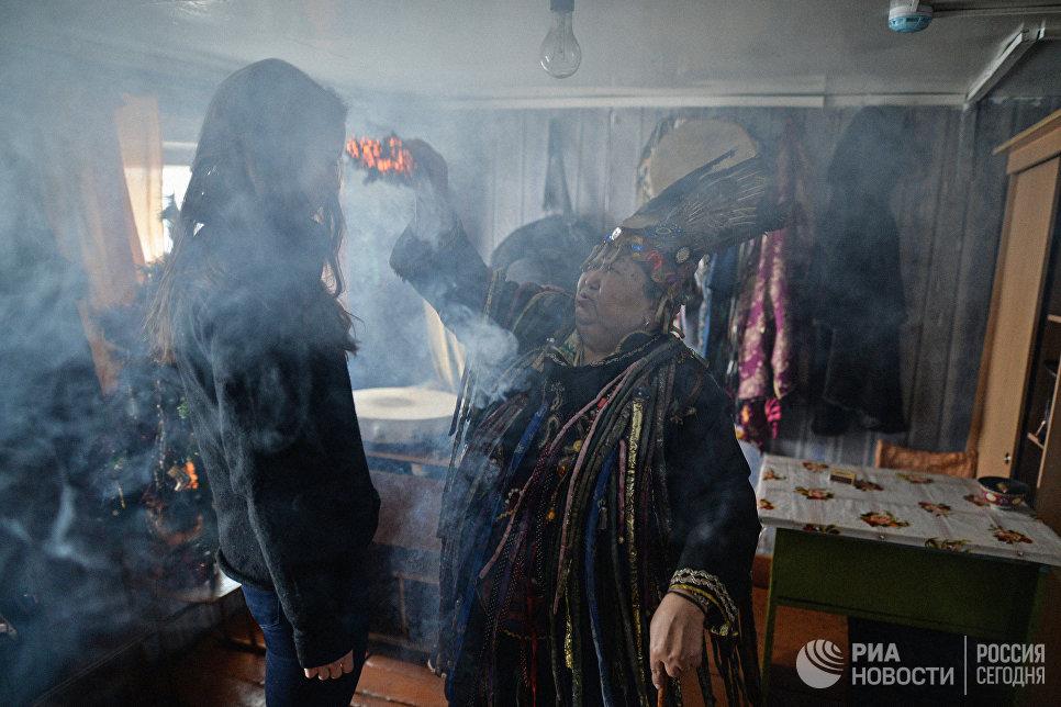 Шаманка Анисья Монгуш проводит обряд с посетителем в доме шаманского общества Дунгур в Кызыле.