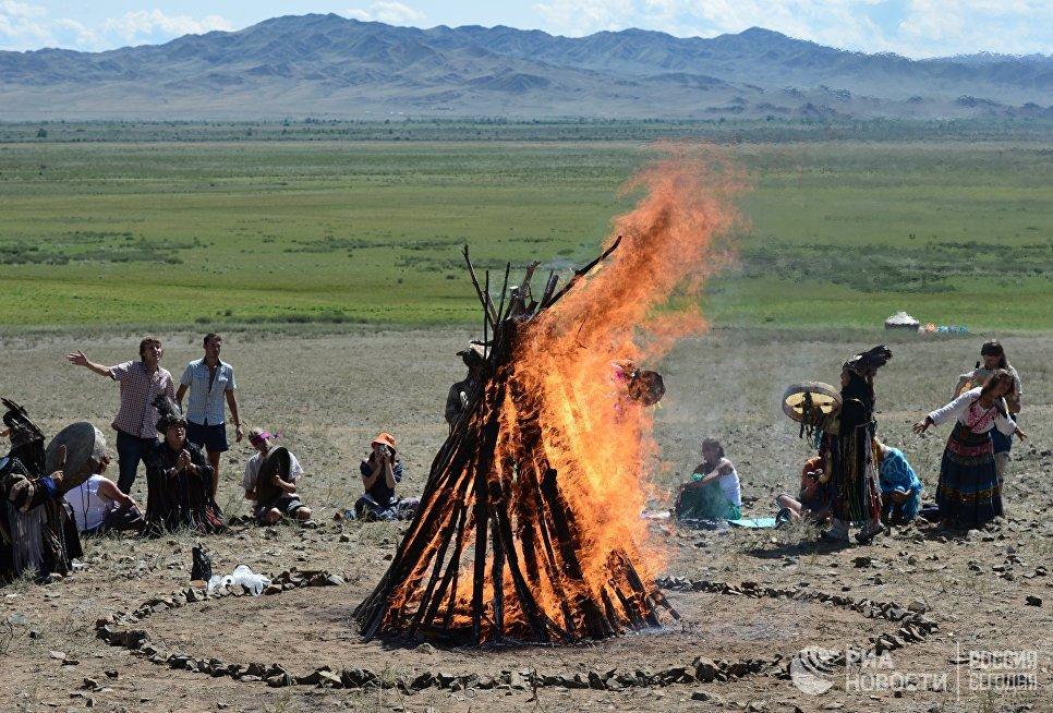 Обряд на закрытии международного фестиваля Зов 13-ти шаманов в Республике Тыва.