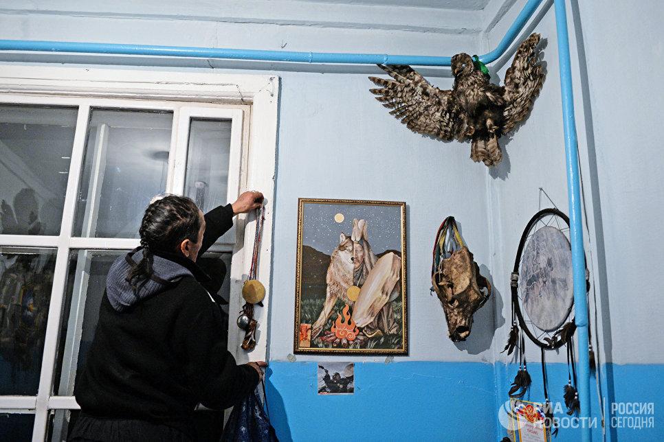 Шаман общества Адыг-Ээрен (Дух медведя) в одной из комнат дома, который занимает шаманское общество в Кызыле.