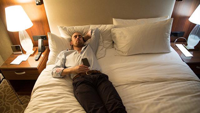 Мужчина отдыхает на кровати