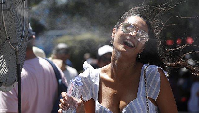 Девушка возле вентилятора в Мельбурне, Австралия. 18 января 2018 года
