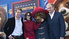 Актеры Хью Грант, Салли Хокинс и Хью Бонневилль на премьере Приключений Паддингтона — 2 в Калифорнии. 6 января 2018
