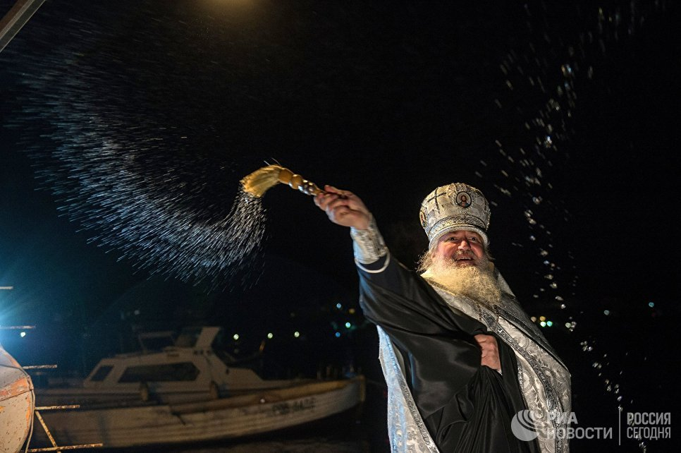 Протоиерей Вячеслав Костенко во время освящения воды в Крещенский сочельник в бухте Казачей в Севастополе