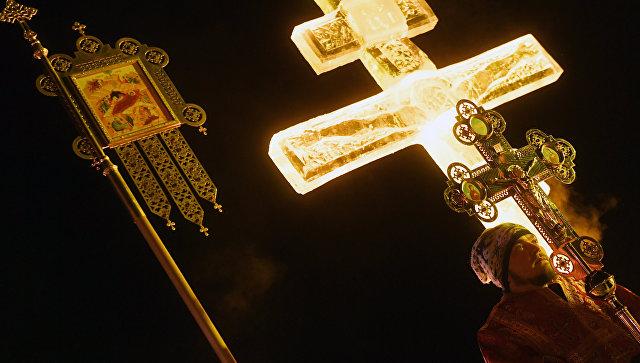 РПЦ не рекомендует прихожанам одергивать в храмах неподобающе одетых людей