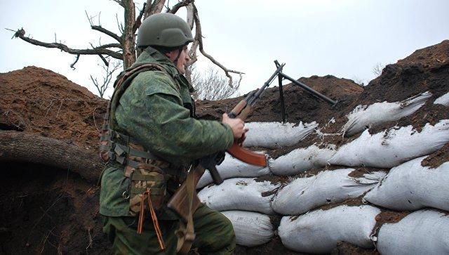 Боец ополчения ДНР на позиции у линии соприкосновения с украинскими силовиками. Архивное фото