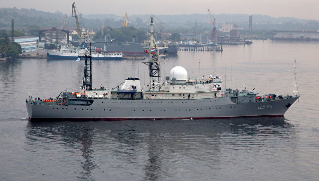 Российский военный корабль Виктор Леонов входит в бухту в Гаване, Куба. Архивное фото