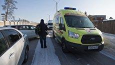 Автомобиль реанимации в микрорайоне Сосновый бор города Улан-Удэ, где произошло нападение на учеников и преподавателя школы №5