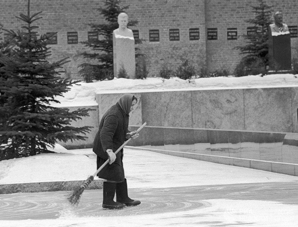 Дворник убирает территорию у Кремлевской стены. Выставочный фонд