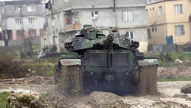 Танк турецкой армии движется к сирийской границе. 18 января 2018