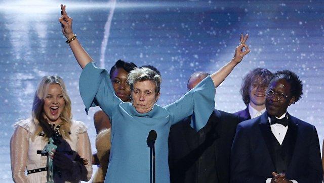 Фрэнсис МакДорманд получает награду актерской гильдии США SAG Award за фильм «Три рекламных щита за пределами Ebbing, Миссури».  21 января 2018