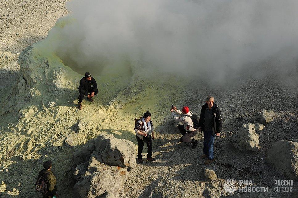 Кальдера вулкана Головнина на острове Кунашир