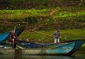 Рыбаки на лодке на реке Сон в национальном парке Фонгня-Кебанг во Вьетнаме