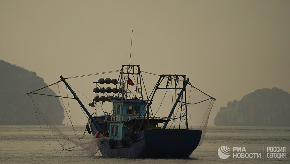 Рыбацкая лодка в заливе Халонг во Вьетнаме