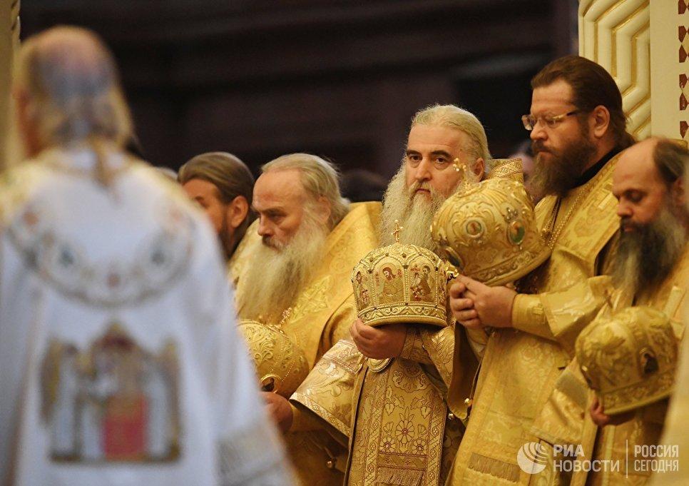 Священнослужители во время богослужения в день открытия XXVI Международных Рождественских чтений в кафедральном соборном Храме Христа Спасителя в Москве