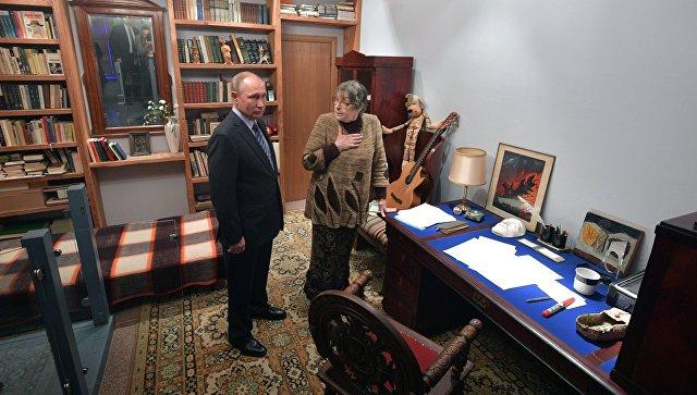 Президент РФ В. Путин посетил центр-музей Владимира Высоцкого Дом Высоцкого на Таганке. 24 января 2018