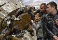 Посетители в экспозиции трехмерной панорамы битвы за Ленинград в январе 1943 года Прорыв на территории Кировского музея-заповедника Прорыв блокады Ленинграда