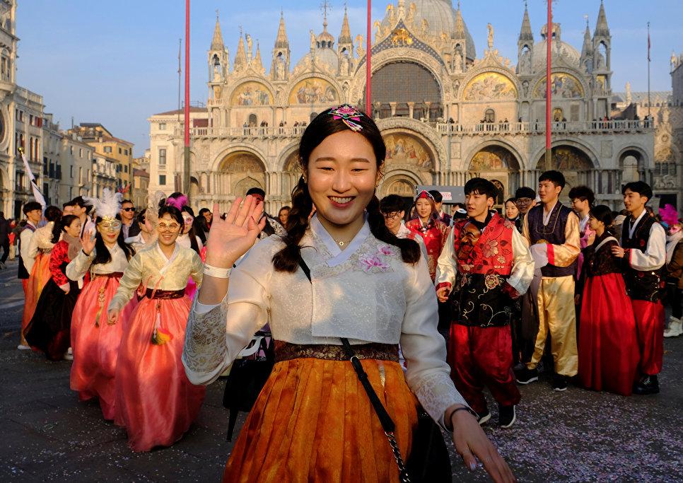 Танцоры из Южной Кореи выступают во время карнавала на площади Святого Марка в Венеции, Италия. 28 января 2018 года