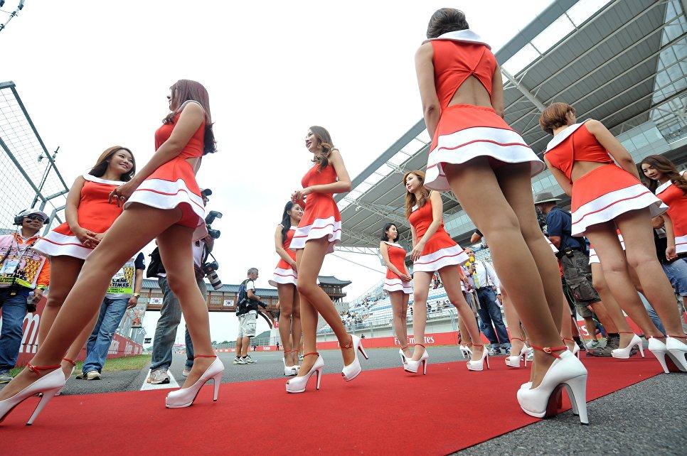 Грид-герлз перед началом Гран-при Формулы-1 в городе Йонгам, 6 октября 2013 года