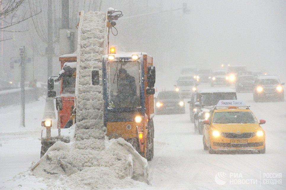 Снегоуборочная техника коммунальных служб во время уборки последствий снегопада в Москве.
