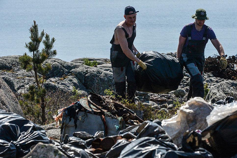 Волонтеры комплексной экспедиции Русского географического общества Гогланд собирают мусор на побережье острова Гогланд в Финском заливе
