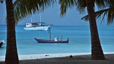 Лодки в лагуне Индийского океана рядом с отелем Meeru Island Resort & Spa на Мальдивах