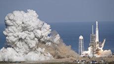Старт ракеты-носителя Falcon Heavy с космодрома на мысе Канаверал