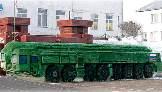 Картинки по запросу Омские заключенные слепили из снега «Тополь-М» в натуральную величину