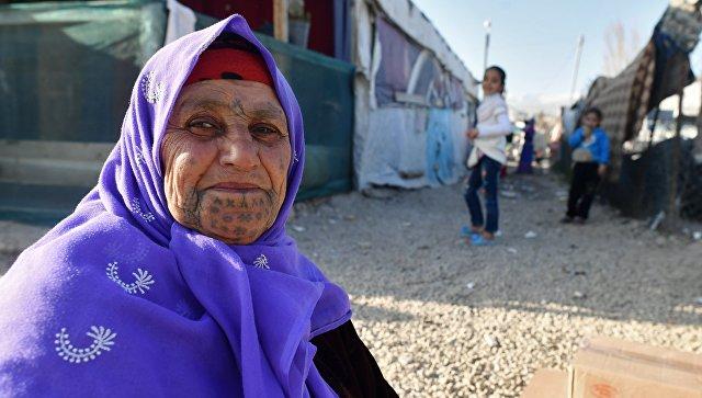 Женщина в палаточном лагере для сирийских беженцев долине Бекаа в Ливане