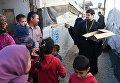 Глава российской делегации межрелигиозной рабочей группы Совета по взаимодействию с религиозными объединениями при президенте РФ, иеромонах Стефан (Игумнов) во время раздачи гуманитарной помощи в палаточном лагере для сирийских беженцев в долине Бекаа в Ливане