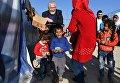 Начальствующий епископ Российского объединенного Союза христиан веры евангельской (РОСХВЕ — пятидесятников) Сергей Ряховский во время раздачи гуманитарной помощи в палаточном лагере для сирийских беженцев в долине Бекаа в Ливане