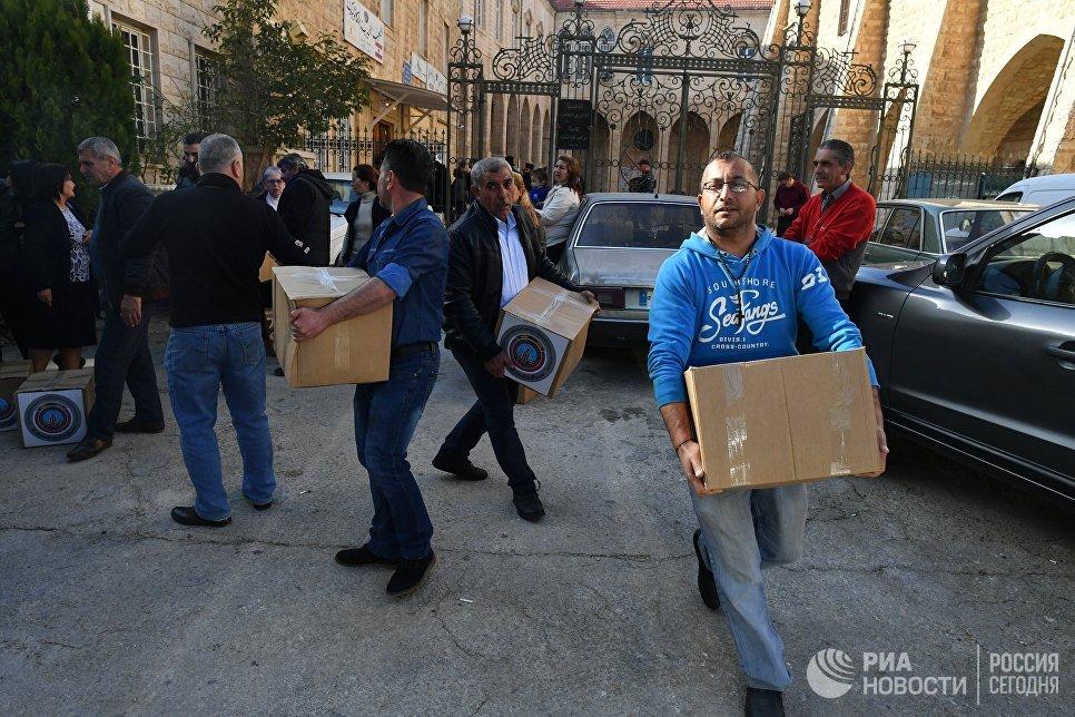 Раздача гуманитарной помощи для сирийских беженцев в греко-католической церкви в Ливане