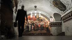 Пассажиры в вестибюле станции метро Киевская. Архивное фото