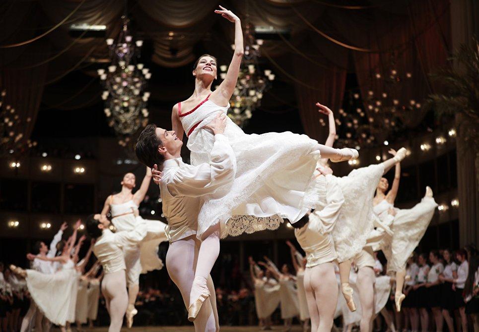 Танцоры во время репетиции перед Венским балом