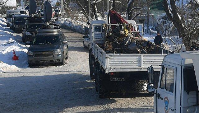 Автомашины МЧС России вывозят фрагменты самолета Ан-148 с места крушения в Раменском районе. 13 февраля 2018