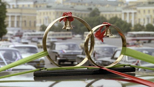 Свадебные кольца на автомобиле