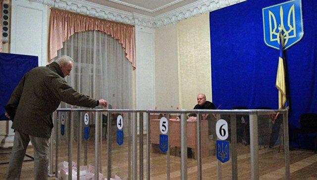 Житель Киева на избирательном участке во время второго тура выборов в органы местного самоуправления в Киеве