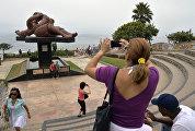 Скульптура Влюбленные в Парке любви в Лиме